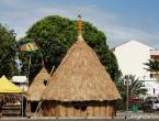 Un village de huttes en centre-ville.