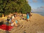 Le groupe d'internes sur la plage de Poe, au coucher du soleil.